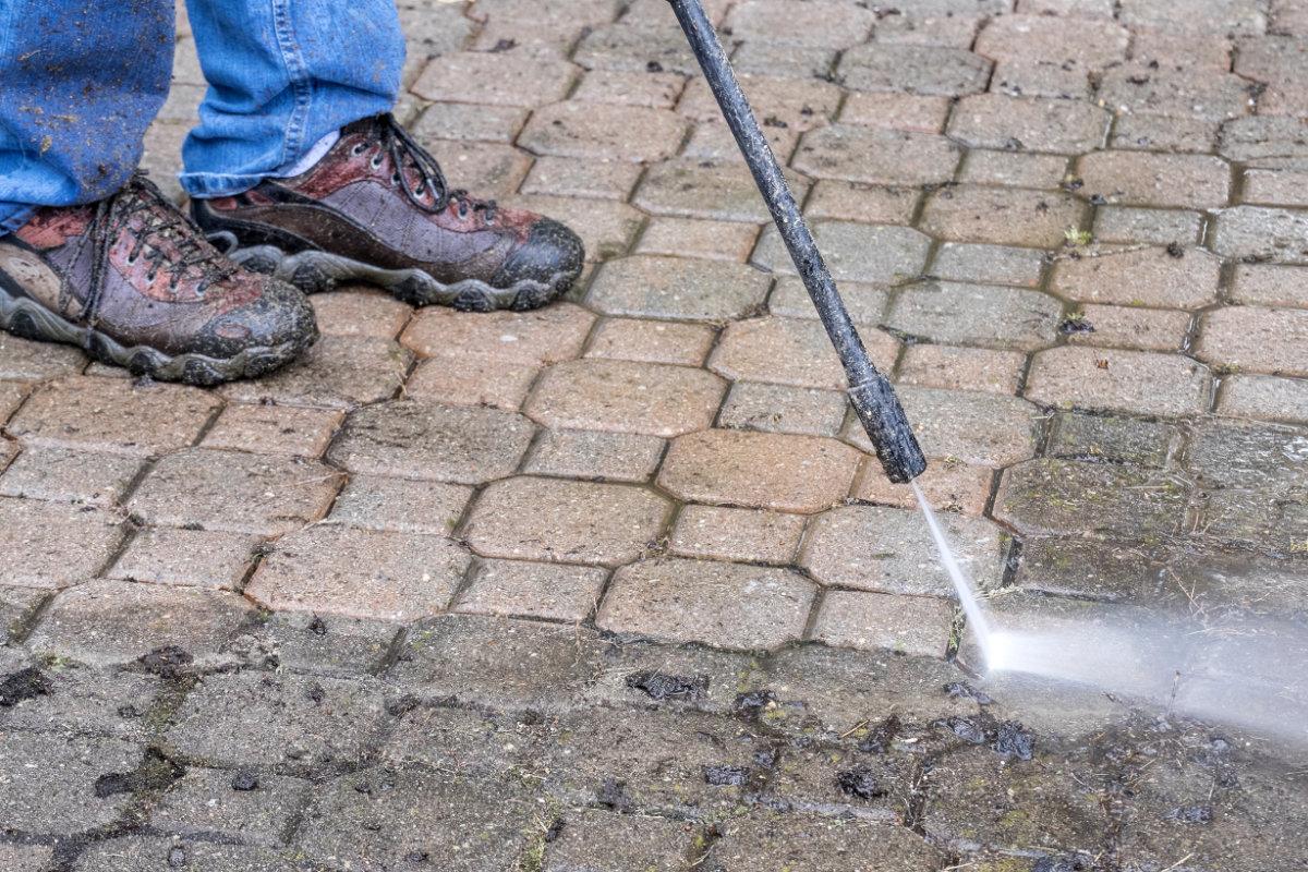 Nettoyer allée: conseils et prix par mètre carré